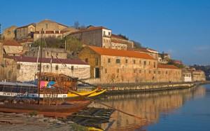 PORTUGAL, Oporto, View of the Vila Nova de Gaia waterfront with port houses and barcas rabelos | Picture: © Art Directors & TRIP / Alamy